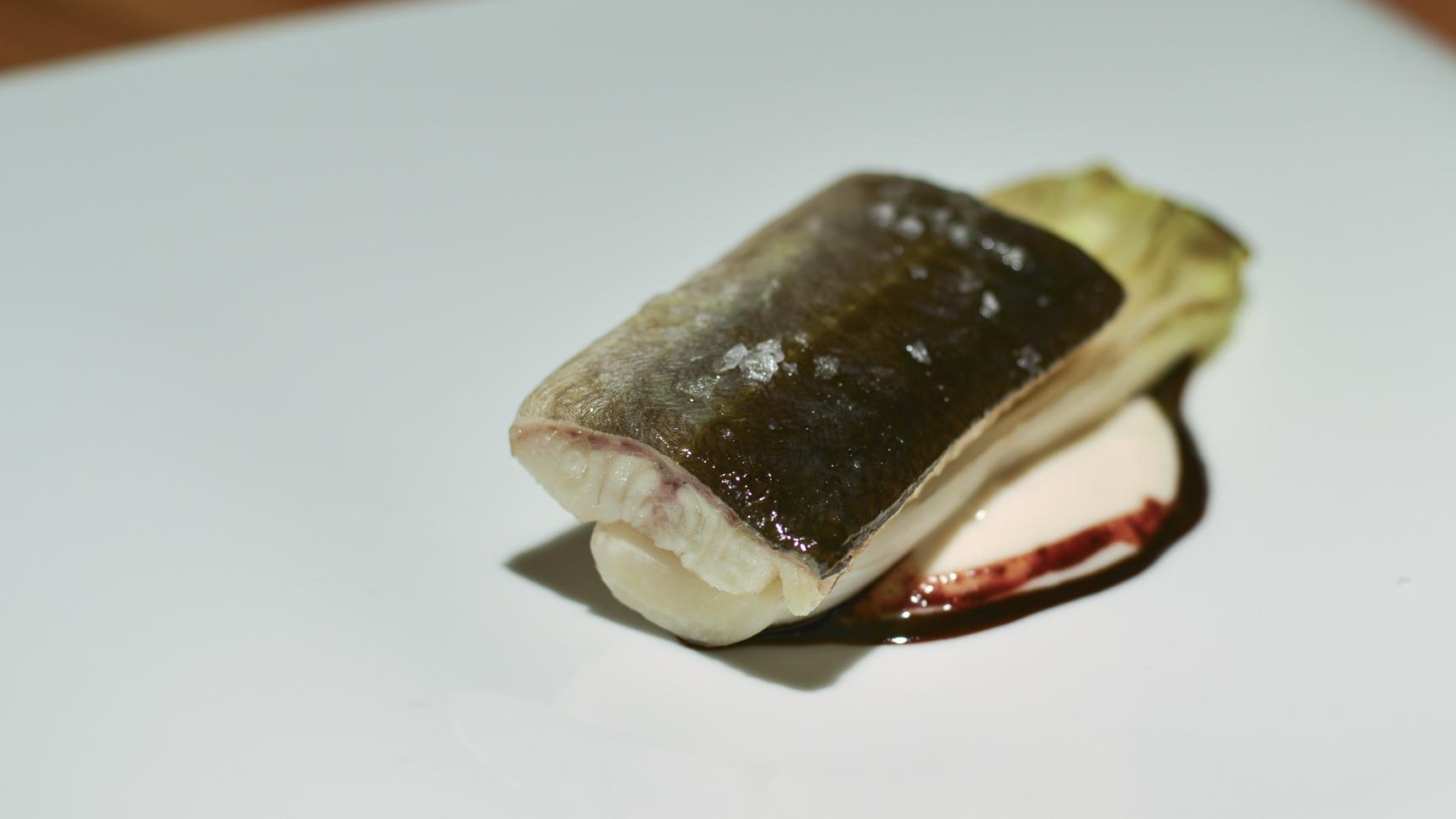 Anguila ahumada con endibias asadas, su pilpil y aliño de algarrobas