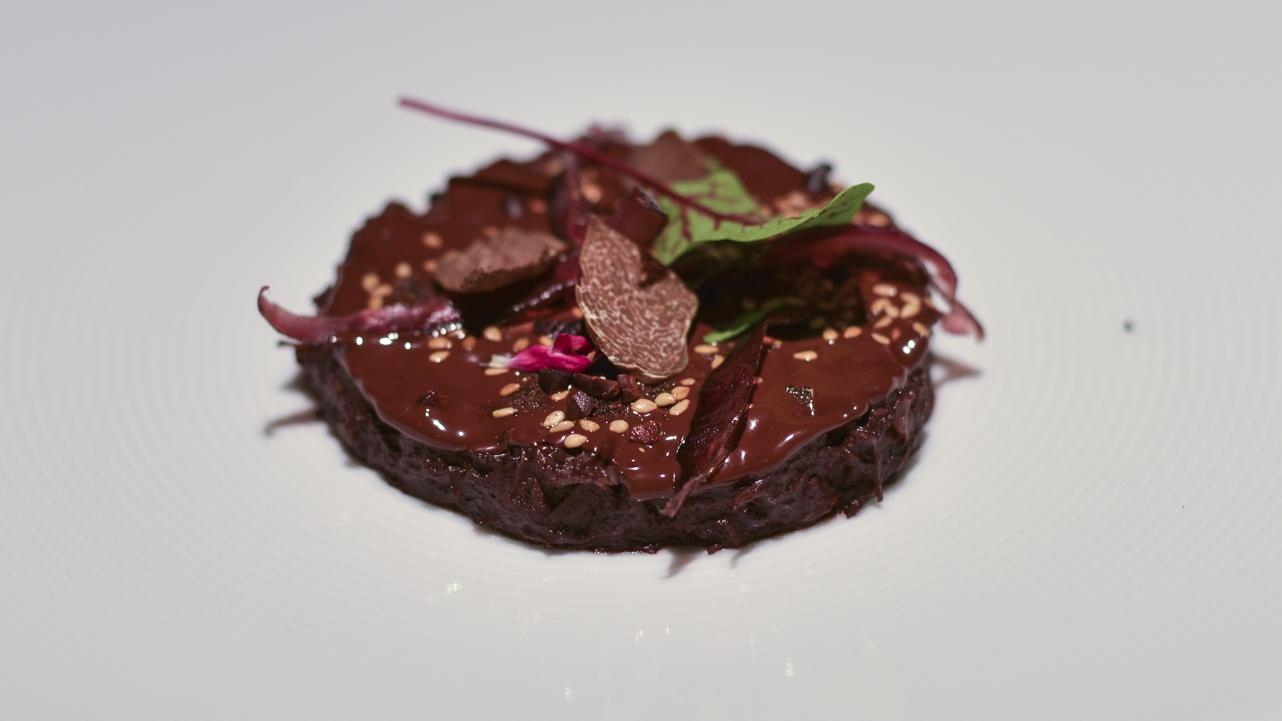 Civet de liebre a la cuchara con chocolate especiado